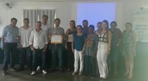Professor Eduardo Lúcio Franco (segurando o Certificado) com os participantes do curso 'Documentação Odontológica'. (Foto: CROGO)