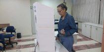 Cirurgiã-dentista vota no 2º turno das eleições do CROGO. (Foto: CROGO)